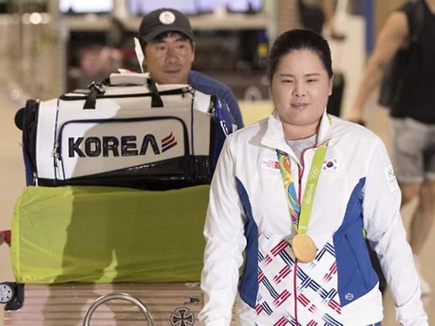 2016 리우데자네이루 올림픽에서 금메달을 목에 건 '골프 여제' 박인비가 23일 인천국제공항을 통해 귀국하고 있다.