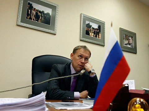 전직 KGB 요원 안드레이 루고보이가 모스크바에 있는 자신의 사무실에서 전화 인터뷰를 하고 있다.