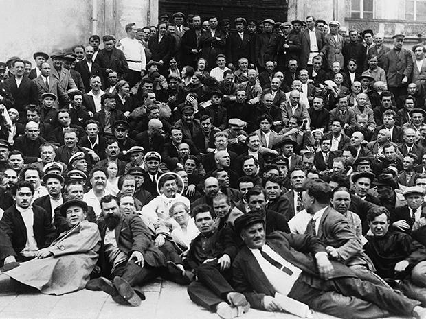 지난 1930년 스탈린(흰색 원)이 모스크바에서 많은 남성들에 둘러싸여 사진을 찍고 있다.