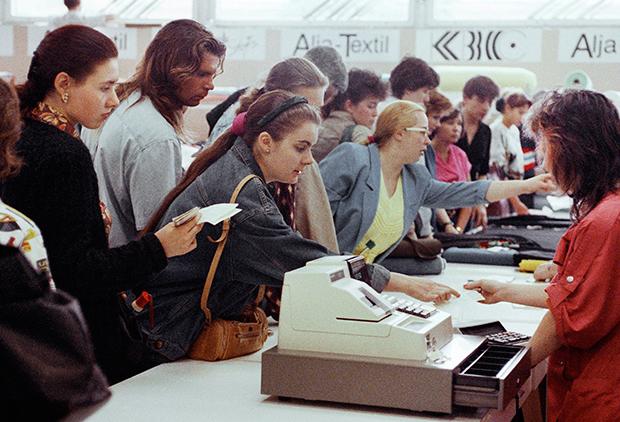 1991년 모스크바 시내의 한 백화점에서 고객들이 물건 값을 지불하기 위해 계산대 앞에 모여 있다.