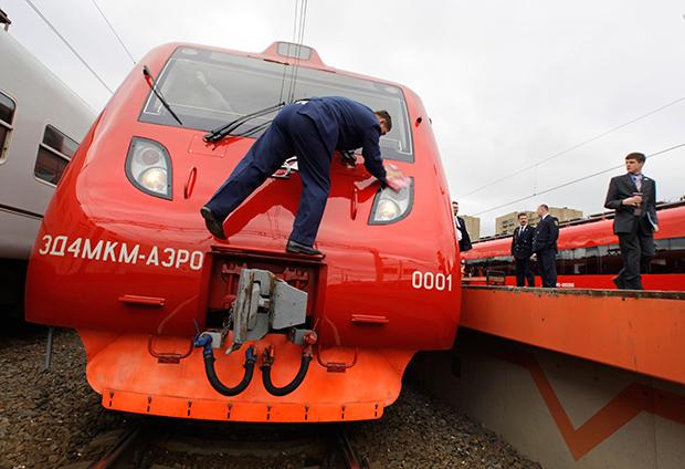 러시아의 한 기술자가 모스크바의 한 역에서 새로 나온 기차의 첫 운행을 준비하고 있다.