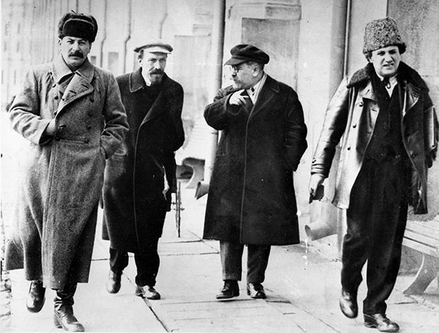 레닌의 뒤를 잇는 4명의 볼셰비키 지도자들. 맨 왼쪽이 스탈린이고 오른쪽에서 두번째가 카메네프, 맨 오른쪽이 지노비예프.
