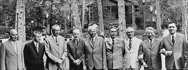 1973년 브레즈네프 소련 서기장(오른쪽에서 4번째)의 초청으로 소치에 모인 공산국가 지도자들. 오른쪽에서 두번째가 몽골 총리 윰자긴 체덴발.