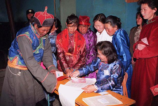 1996년 몽골 총선거에서 유권자들이 투표를 위해 줄을 서 있다.