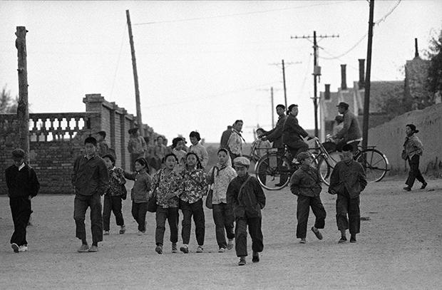 1980년 내몽골의 자치구 수도인 후허하오터시에서 몽골과 중국 어린이들이  함께 등교를 하고 있다.