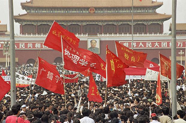 1989년 중국 베이징의 천안문 광장에서 학생들이 붉은 깃발을 들고 민주화시위를 벌이고 있다.