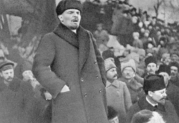 1919년 연설을 하고 있는 레닌.