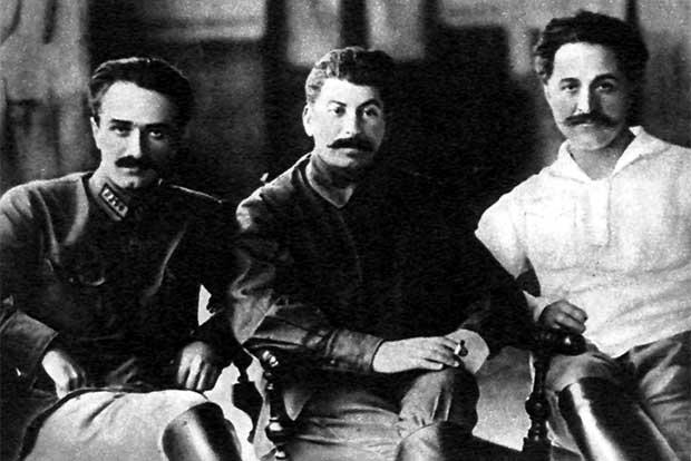 스탈린(가운데)과 친한 동료들.