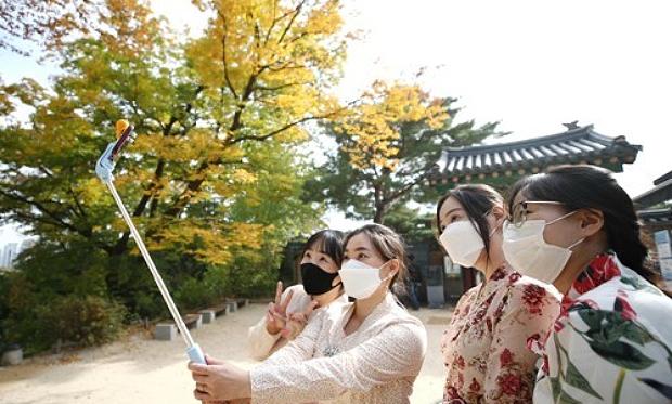 한복을 입고 창경궁을 찾은 시민들이 기념촬영을 하고 있다.