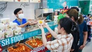 베트남에 진출한 GS25가 현지에서 11일을 '떡볶이 데이'로 자체 지정하고 농림축산식품부, 한국농수산유통공사(aT)와 함께 떡볶이를 알리는 홍보 행사를 진행한다. 사진은 GS25 베트남 매장에서 떡볶이를 구매하는 고객들.