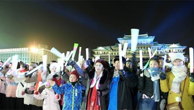지난달 31일 북한 평양 김일성광장에서 설맞이 축하 공연이 열렸다고 조선중앙통신이 1일 보도했다.