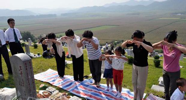 평양시 해외동포애국자묘에서 북한 주민들이 성묘를 하고있다.