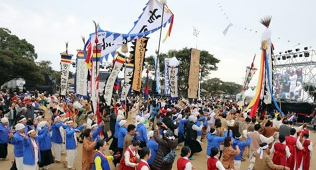 지난 2018년 제주 서귀포시 성읍민속마을에서 열린 제59회 한국민속예술축제 참가한 전국 15개 시·도 대표팀과 이북5도 대표팀, 관람객들이 함께 남북통일 염원 대동놀이를 펼치고 있다.