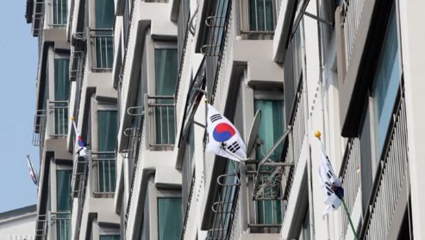 3 ·1절 100주년인 지난 3월 1일 서울 용산구 한 아파트 단지에 태극기가 게양되어 있다.