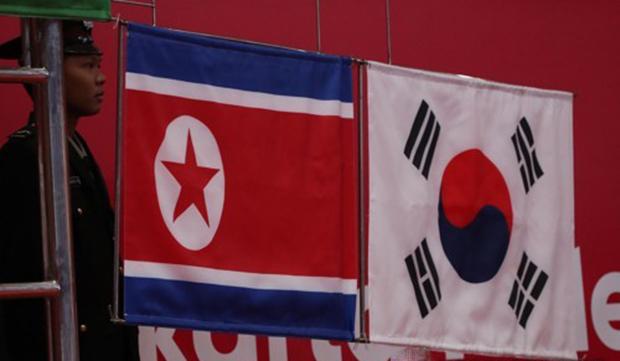 인도네시아 자카르타 컨벤션센터에서 열린 2018 자카르타-팔렘방 아시안게임 레슬링 여자 자유형 50㎏급 시상식에서 동메달을 딴 한국과 북한의 국기가 나란히 올라가고 있다.