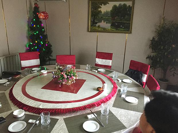 평양의 한 레스토랑 별실 코너에 크리스마스 트리가 세워져 있다.