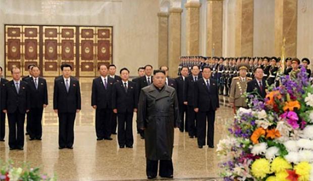김정은 북한 국무위원장이 부친인 김정일 국방위원장의 생일(광명성절·2월 16일)을 맞아 금수산태양궁전을 참배하고 있다.