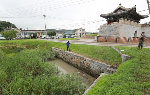 사진은 김씨의 가방이 발견된 것으로 추정되는 인천 강화군 강화읍 월곳리의 한 배수로 모습.