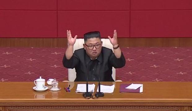 북한 김정은 국무위원장이 13일 노동당 정치국회의를 열고 수해복구 방안에 대해 논의하는 모습.