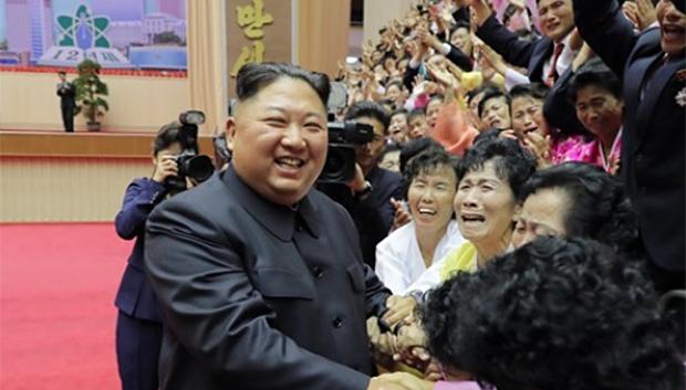 김정은 북한 국무위원장이 지난 6일 열린 제14차 전국교원대회에 참석해 참가자들과 인사하고 있다.
