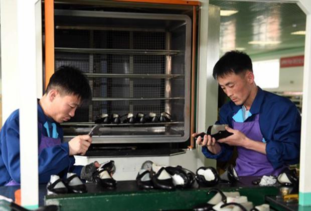 강원도 원산구두공장에서 북한 노동자들이 구두를 만들고 있다.