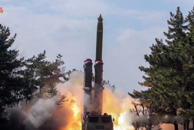 사진은 지난 3일 조선중앙TV가 공개한 방사포 발사 장면으로, 이동식발사대(TEL) 위 4개의 발사관 중 1개에서 발사체가 화염을 뿜으며 치솟고 있다.