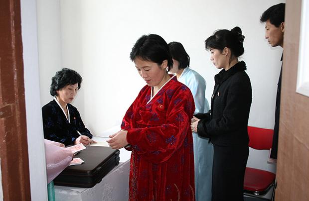 2009년 12기 최고인민회의 대의원선거에서 평양 시민들이 투표를 하고 있다.