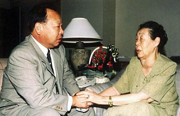 사진은 지난 2000년 8월 북측 이산가족 방문단장으로 서울을 방문한 어머니 류미영씨와 상봉하고 있는 최인국씨.