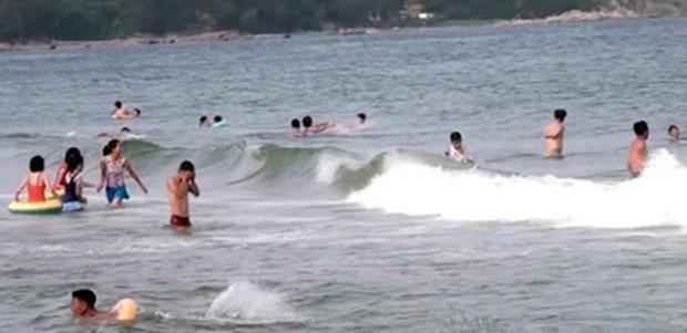 북한 함경남도 함흥시의 명승지인 마전유원지에서 주민들이 무더위를 달래고 있다.
