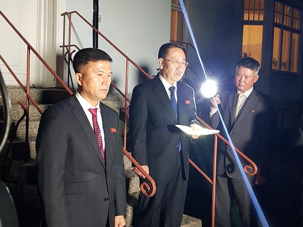 김명길 북한 외무성 순회대사(가운데)가 지난 5일 스웨덴 스톡홀름에서 스티븐 비건 미국 국무부 대북특별대표와 비핵화 실무협상을 마친 후 북한대사관 앞에서 성명을 발표하고 있다.