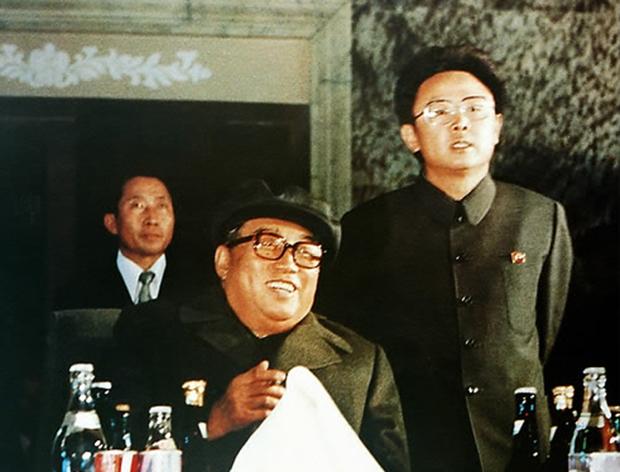 사진은 김일성 옆에 서 있는 젊은 시절 김정일.