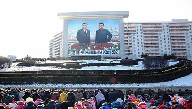 지난 2014년 김정일 국방위원장 3주기를 맞아 북한 주민들이 김일성 주석, 김정일 국방위원장의 초상 앞에 묵념하는 모습.