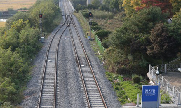 남북고위급회담에서 철도·도로 연결과 현대화에 대한 일정이 합의된 지난달 15일 경기도 파주시 경의선 임진강역에 한산한 철로가 보이고 있다.