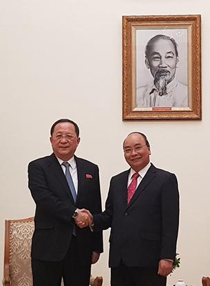리용호 북한 외무상(왼쪽)이 지난 1일 응우옌 쑤언 푹 베트남 총리와 면담에 앞서 악수하고 있다. 리 외무상은 4일간의 일정으로 베트남을 방문 중이다.