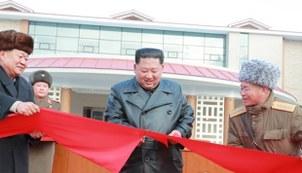 김정은 북한 국무위원장이 7일 양덕온천문화휴양지 준공식에 참석해 테이프를 자르고 있다.