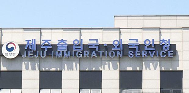 법무부 제주출입국·외국인청은 지난 21일 중국인 투아이롱(55)에게 난민 인정서를 발급하고 체류자격 F-2(거주)를 부여했다고 밝혔다.