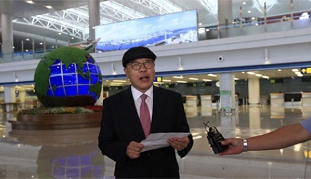 지난 6일 평양국제비행장에서 최인국씨가 도착소감을 발표하는 모습.