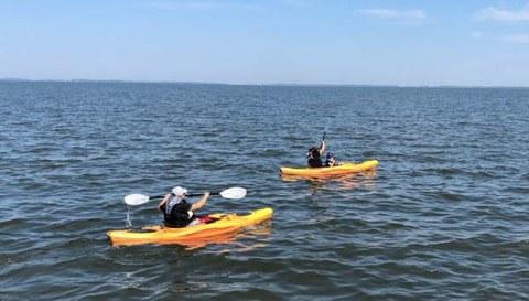 미국 탈북민들이 체사피크 베이(Chesapeake Bay)에서 카약킹을 하고 있다.