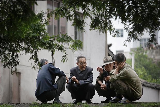 원산의 노인들이 일과 후 아파트 앞에서 얘기를 나누고 있다.