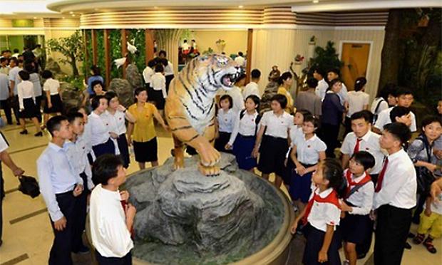 사진은 관람객들이 평양 중앙동물원에 설치된 호랑이상을 구경하는 모습 .