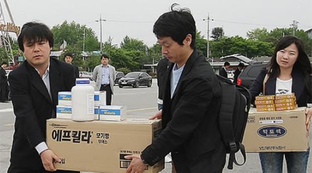 2011년 5월 경기도 파주시 임진각에서 관계자들이 대북지원 말라리아 방역물자를 옮기는 모습.