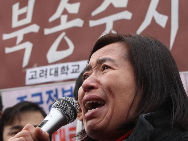 북한인권단체들의 탈북자 강제북송중지 촉구 기자회견에서 한 탈북자가 발언하며 절규하고 있다.