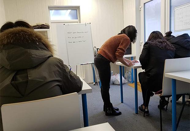 주민센터에서 영어를  배우는 탈북민들.