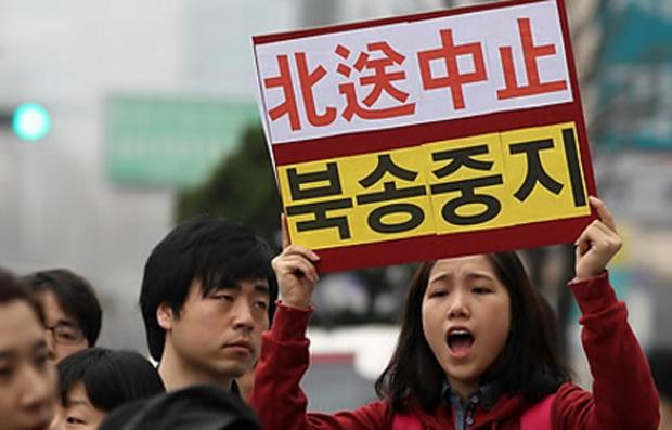 서울 종로구 중국대사관 앞에서 열린 탈북자의 북송중지 및 난민협약 준수 촉구 기도회에서 한 여성 참석자가 탈북자 북송중지를 호소하고 있다.