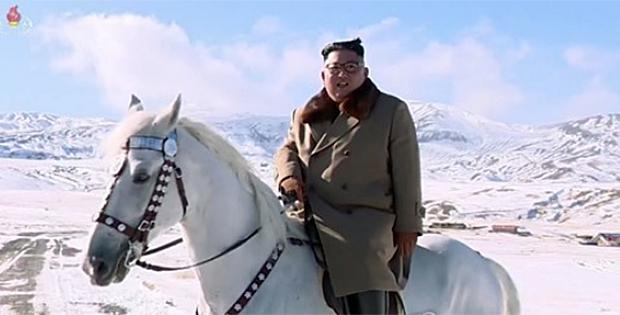 조선중앙TV가 2일 '영원히 가리라 백두의 행군길을' 제목의 새 기록영화를 방영했다. 영화는 백두산을 등정한 김정은 국무위원장의 백두 혈통을 부각하면서 선대부터 이어온 투쟁 정신으로 난관을 헤쳐나가자고 호소했다.