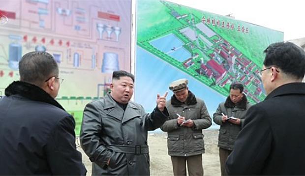 김정은 북한 국무위원장이 새해 첫 현지지도 일정으로 평안남도 순천시 순천인비료공장을 찾은 모습.