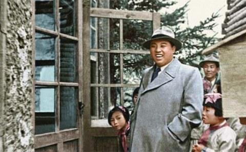 북한 노동신문은 2015년 8월 1일 광복 70주년을 맞아 김정은 국방위원회 제1위원장의 할아버지 김일성 관련 특집 사진을 게재했다. 사진은 김일성이 46세이던 1958년 보천보혁명전적지를 둘러보는 모습.