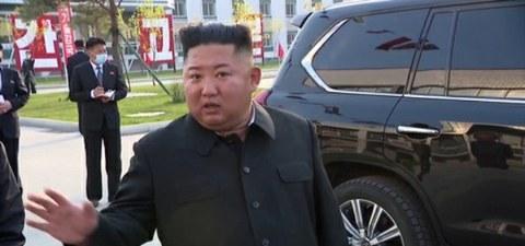 사진은 순천인비료공장 준공식 현장에 나타난 김정은 위원장의 모습.