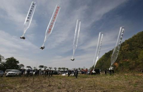 사진은 2016년 4월 2일 경기도 파주시 접경지역에서 자유북한운동연합 등 탈북자 단체들이 대북 전단을 날리는 모습.