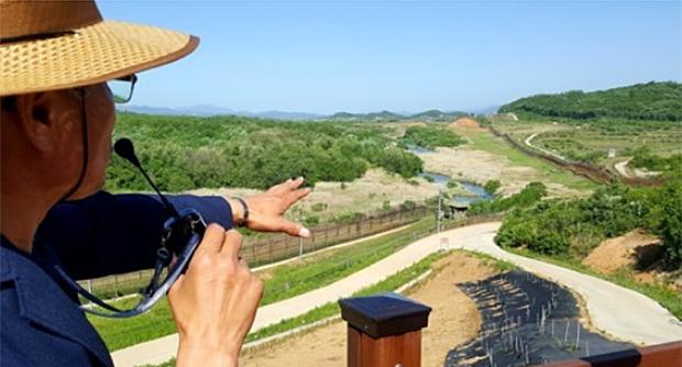 강원도 철원군 'DMZ 평화의 길' 공작새능선 조망대에서 해설사가 역곡천에 대해 설명하고 있다.